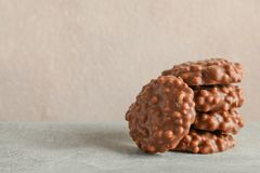 Stapel Schokoladenpl?tzchen auf grauer Tabelle gegen hellen Hintergrund lizenzfreies stockfoto