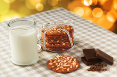 Stapel Schokoladensplitterplätzchen und Glas Milch Stockfotos