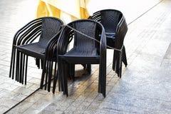 Stapel schwarze Stühle stockbild