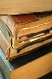 Stapel sehr alte Bücher stockfotos