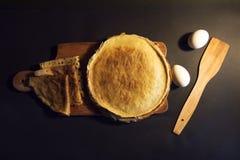 Stapel selbst gemachte Pfannkuchen mit Butter und Honig auf brauner Platte auf rustikalem Hintergrund Russische Feiertagspfannkuc Stockfoto