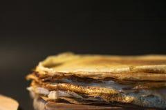 Stapel selbst gemachte Pfannkuchen mit Butter und Honig auf brauner Platte auf rustikalem Hintergrund Russische Feiertagspfannkuc Stockbild