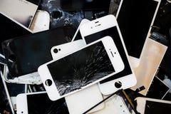 Stapel slimme telefoons met het gebarsten en beschadigde LCD scherm Stock Fotografie