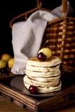 Stapel Smakelijke Eigengemaakte Pannekoeken met Verse Vruchten Verticale Donkere Foto Smakelijke Amerikaanse Pannekoek Royalty-vrije Stock Afbeeldingen