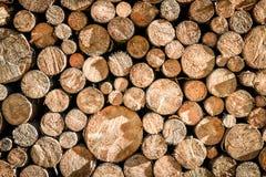 Stapel of stapel van natuurlijke de textuurachtergrond van brand houten logboeken royalty-vrije stock afbeeldingen