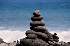 Stapel Steine auf dem Seestrand Lizenzfreie Stockbilder