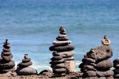 Stapel Steine auf dem Seestrand Lizenzfreie Stockfotos