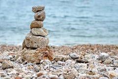 Stapel Steine auf dem Strand Stockfotos