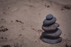 Stapel Steine auf dem Strand Stockbilder