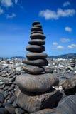 Stapel Steine auf dem Strand, Lipe, Thailand stockfoto