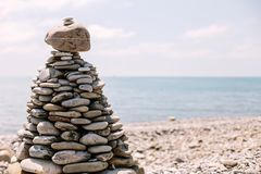 Stapel Steine auf dem Strand stockfoto