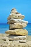 Stapel Steine auf einem Strand Lizenzfreies Stockfoto