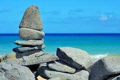 Stapel Steine auf einem tropischen Strand Lizenzfreie Stockfotos