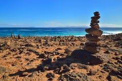 Stapel Steine auf Klippe. Lanzarote, Kanarische Inseln. Stapel St. Lizenzfreie Stockfotos
