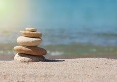 Stapel Steine auf Sand Stockbild