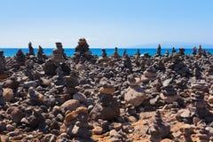 Stapel Steine auf Strand Lizenzfreies Stockfoto