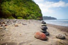 Stapel Steine balancierte auf felsigem Strand von Pololu-Tal, große Insel, Hawaii Lizenzfreie Stockbilder