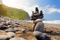 Stapel Steine balancierte auf felsigem Strand von Pololu-Tal, große Insel, Hawaii Lizenzfreie Stockfotos