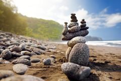 Stapel Steine balancierte auf felsigem Strand von Pololu-Tal, große Insel, Hawaii Lizenzfreies Stockbild