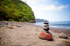 Stapel Steine balancierte auf felsigem Strand von Pololu-Tal, große Insel, Hawaii Stockfotos