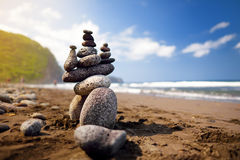 Stapel Steine balancierte auf felsigem Strand von Pololu-Tal, große Insel, Hawaii Lizenzfreie Stockfotografie