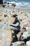 Stapel Steine am Strand stockbild