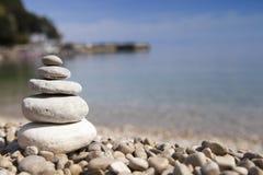 Stapel Steine, Zenkonzept, auf sandigem Strand Lizenzfreies Stockfoto