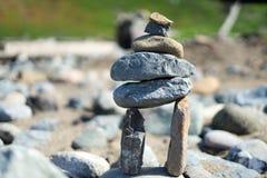 Stapel stenen bij strand stock afbeeldingen