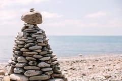 Stapel stenen op het strand stock foto