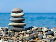 Stapel stenen op strand Stock Foto's