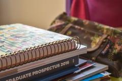 Stapel Studentenbücher auf Schreibtisch stockfoto