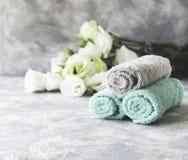 Stapel Tücher mit Blumen für Badekurortraum unter dem Text, selektiver Fokus Lizenzfreie Stockfotografie