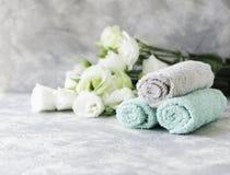 Stapel Tücher mit Blumen für Badekurortraum unter dem Text, selektiver Fokus Lizenzfreie Stockbilder