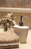 Stapel Tücher und Seife im Badezimmer Stockbild