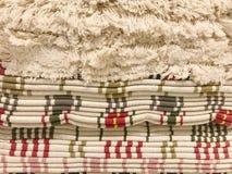Stapel tapijten met leeswijzer royalty-vrije stock foto