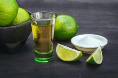 Stapel Tequila mit Kalk und Salz Stockbild