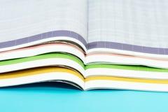 Stapel tijdschriften op blauwe achtergrond royalty-vrije stock foto