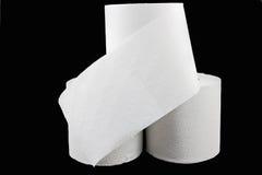 Stapel Toilettenpapier auf Schwarzem stockbild