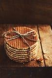 Stapel traditionelle niederländische Karamellwaffeln oben gebunden mit Jutefaserschnur Lizenzfreie Stockfotos