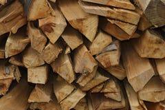 Stapel trockenes Brennholz Stockbild