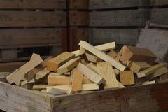 Stapel trockenes Brennholz in einem hölzernen Korb Lizenzfreies Stockbild