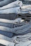 Stapel unterschiedliche alte getragene Blue Jeans Lizenzfreie Stockbilder