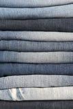 Stapel unterschiedliche alte getragene Blue Jeans Stockfoto