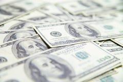 Stapel US-Dollars lokalisiert über weißem Hintergrund Stockfotos