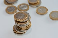Stapel van één en twee Euro muntstukken Stock Foto's