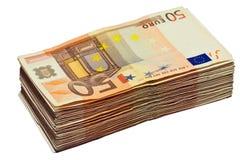 Stapel van 50 euro rekeningen, die op wit wordt geïsoleerd stock fotografie