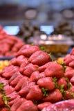 Stapel van Aardbeien op de pallet royalty-vrije stock afbeelding
