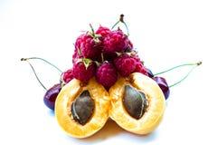 Stapel van abrikozen, zoete kersen en frambozen stock afbeeldingen