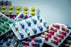 Stapel van antibiotische capsulepillen in blaarpak Farmaceutische verpakking Geneeskunde voor infectieziekte stock foto's