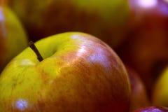 Stapel van appelen op de wagen stock afbeelding
